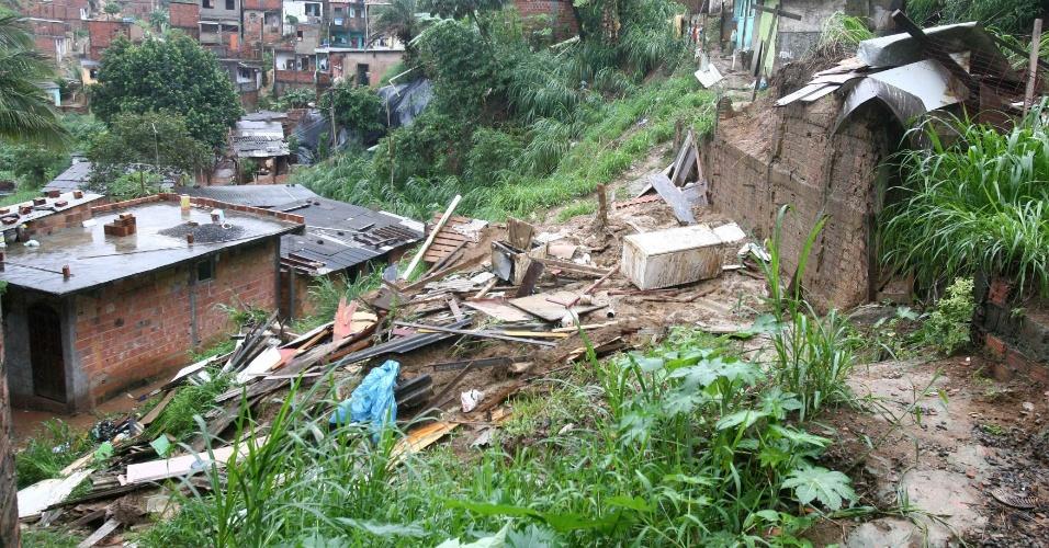 21.mai.2012 - A chuva constante que cai sobre Salvador provocou desabamentos em Novo Horizonte. O mau tempo deve continuar, segundo as previsões
