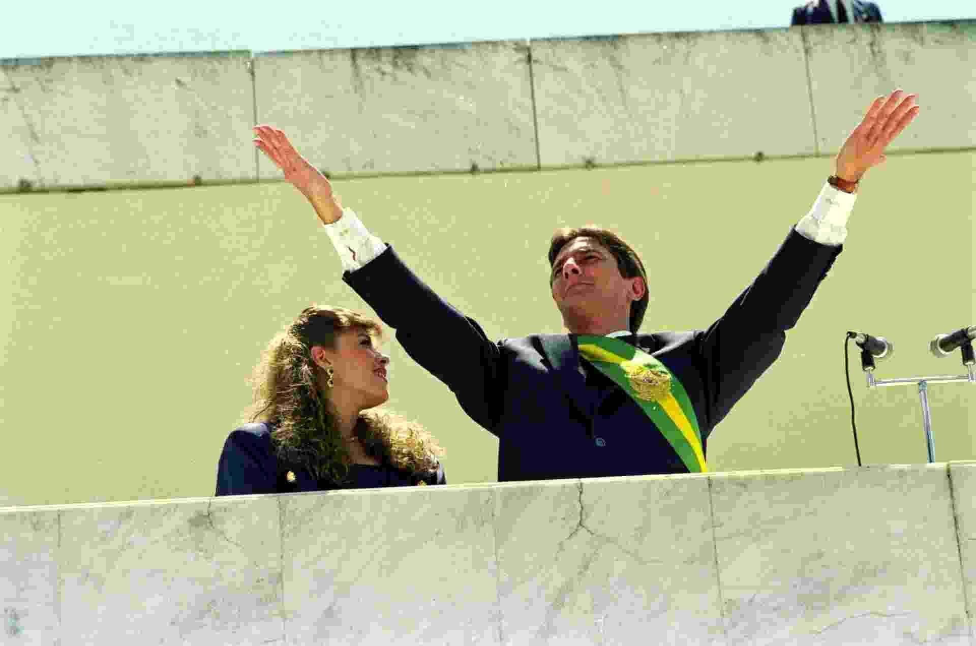 21.mai.2012 - Fernando Collor de Mello, ao lado de sua mulher, Rosane, acena para o público durante cerimônia de posse à Presidência da República do Brasil, em Brasília (DF), em março de 1990 - Juan Esteves/Folhapress - 15.03.1990