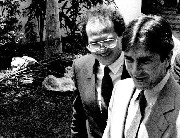 21.mai.2012 - Fernando Collor deixa a casa de um embaixador acompanhado de Renan Calheiros, então líder de governo na Câmara, em Brasília, em janeiro de 1990. Calheiros foi um dos aliados mais próximos de Collor no início de seu governo