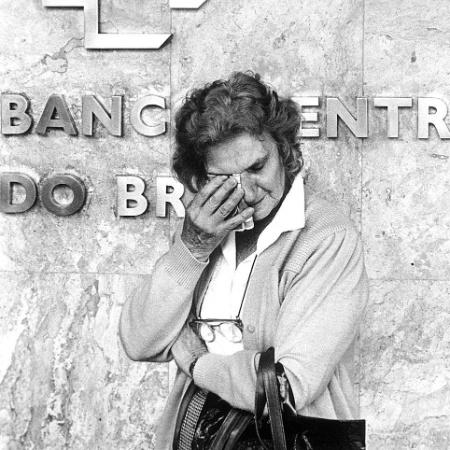 Na época do Plano Collor, mulher chora por ter ficado com o dinheiro retido - Antônio Gaudério/Folhapress - 23.03.1990