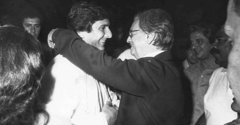 21.mai.2012 - O então candidato à Presidência da República Fernando Collor de Mello abraça seu vice, Itamar Franco, no aeroporto da Pampulha, em Minas Gerais, em 1989