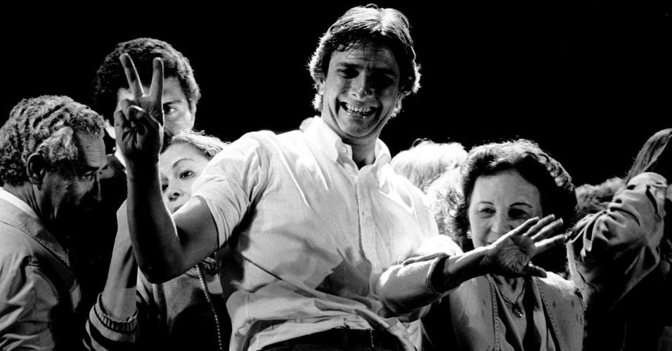 21.mai.2012 - O então candidato à Presidência da República Fernando Collor de Mello faz gesto para o público durante comício em Belo Horizonte (MG), em 1989