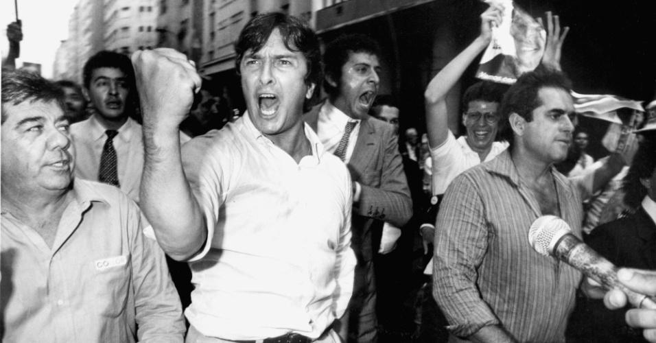 21.mai.2012 - O então candidato à Presidência da República pelo PRN Fernando Collor se exalta durante confrontos que resultaram de provocações mútuas entre simpatizantes dele e um grupo de brizolistas em Niterói (RJ), em 1989