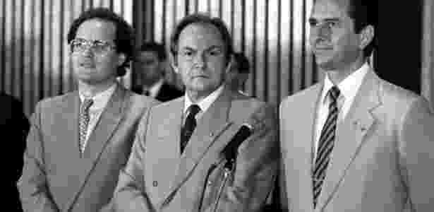 Renan Calheiros (à esq.), à época líder do governo na Câmara, participa de solenidade com o então ministro da Justiça, Bernardo Cabral (centro), e o Fernando Collor de Mello, em junho de 1990 - Lula Marques/Folha Imagem - 26.06.1990