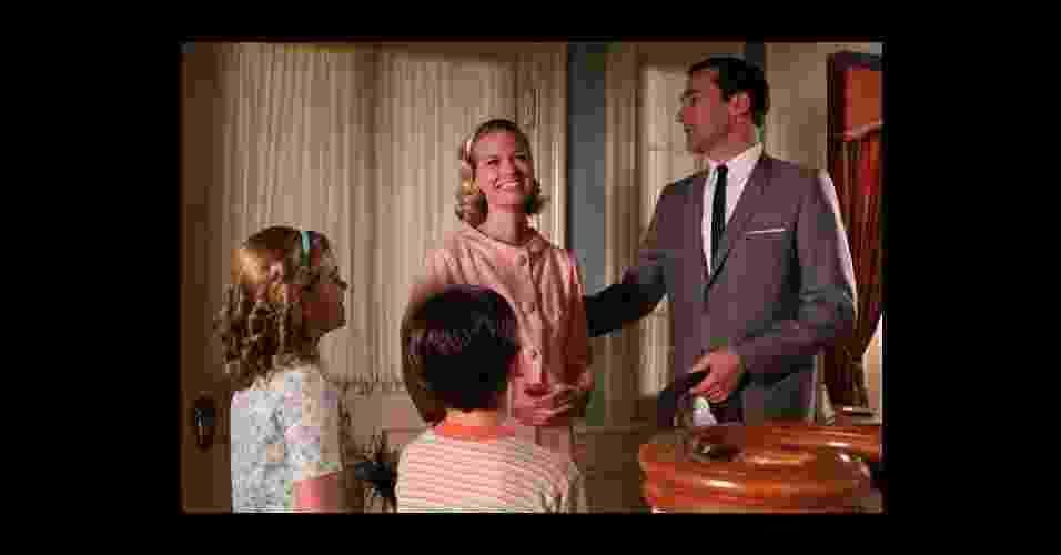 """Betty Draper, interpretada por January Jones, é a esposa do publicitário Don Draper (Jon Hamm) na série norte-americana """"Mad Men"""", que se passa na década de 1960. Ex-modelo e extremamente preocupada com a aparência, a personagem reflete a típica dona de casa da época. Considerada o """"ícone fashion"""" da série, o figurino de Betty, assim como de todo o elenco, acompanha as mudanças de moda dos anos 1960 - Divulgação"""