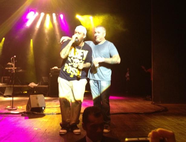 Chorão e Steve Harwell no encerramento do show da banda Smash Mouth, em São Paulo (20/05/2012) - Mariana Tramontina/UOL