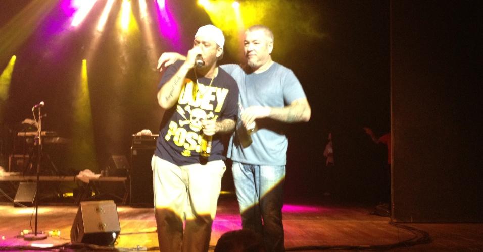 Chorão e Steve Harwell no encerramento do show da banda Smash Mouth, em São Paulo (20/05/2012)