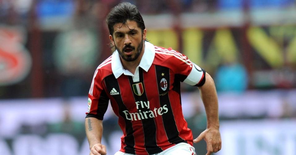 Gattuso, do Milan, conduz a bola durante partida contra o Novara