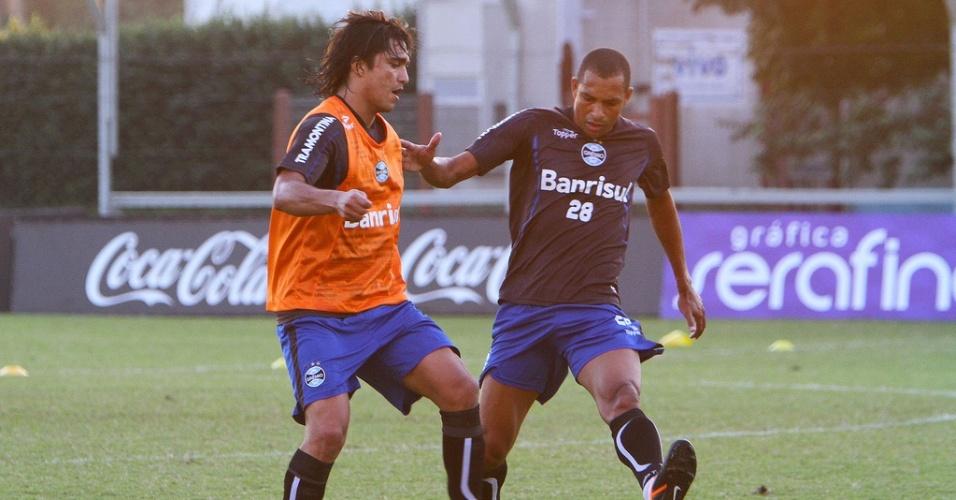 Marcelo Moreno e Gilberto SIlva durante treinamento do Grêmio (21/05/2012)