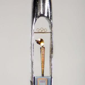 É necessário um microscópio para apreciar a mini tocha olímpica