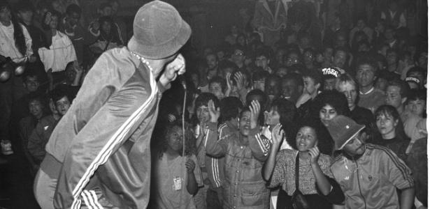 O rapper Código Treze durante show no extinto Aeroanta em 1988, em São Paulo (SP) - Fernando Santos/Folhapress