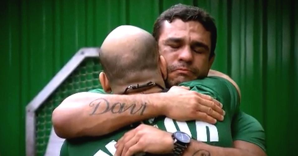Vitor Belfort abraça Bodão e chora ao ter de abrir mão de lutadores em troca com o time de Wanderlei no TUF Brasil