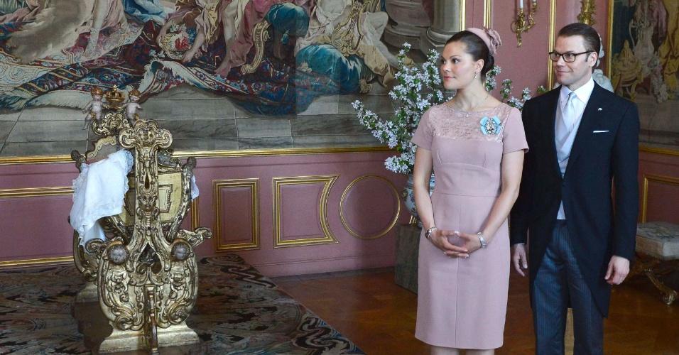 22.mai.2012 - A princesa Estela descansa no berço que foi do rei Karl 11º após a cerimônia de batismo, cuidada pelos pais, a princesa Victoria da Suécia, herdeira do trono, e o príncipe Olof Daniel, duque de Västergötland