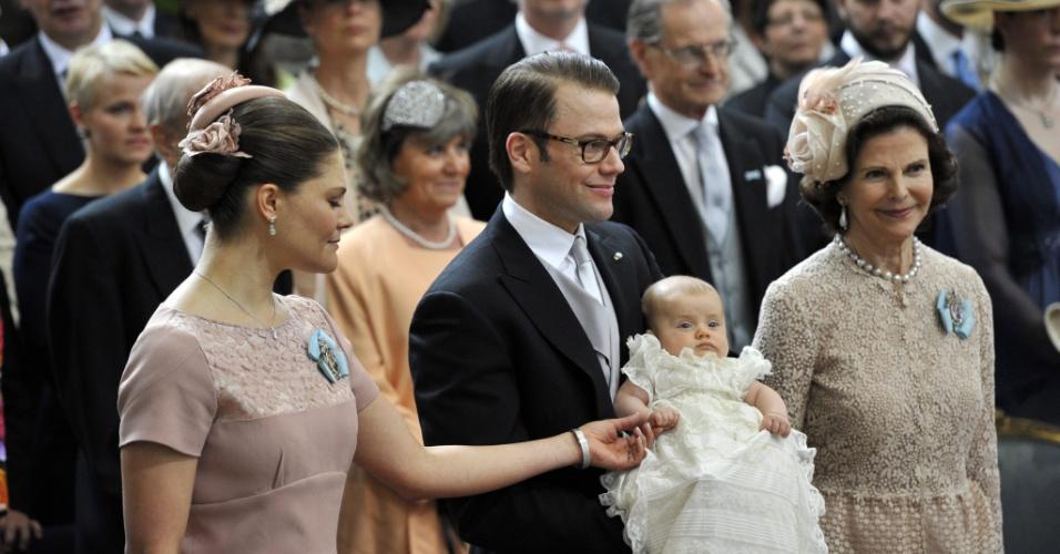 22.mai.2012 - A princesa herdeira Victoria da Suécia e seu marido o príncipe Olof Daniel assitem à cerimônia de batismo da filha, a princesa Estela (no colo de Daniel), ao lado da rainha Sílvia da Suécia