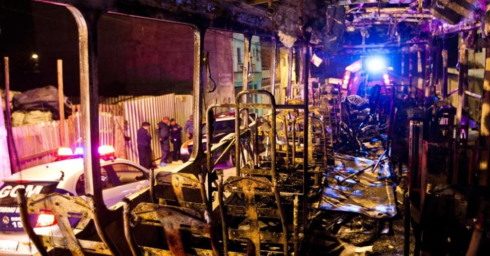 22.mai.2012 - Cerca de 20 homens, encapuzados e armados, atearam fogo a um ônibus, por volta das 20h30 de segunda-feira (21), na rua Cerro Largo, no Jardim Record, Taboão da Serra (Grande São Paulo)