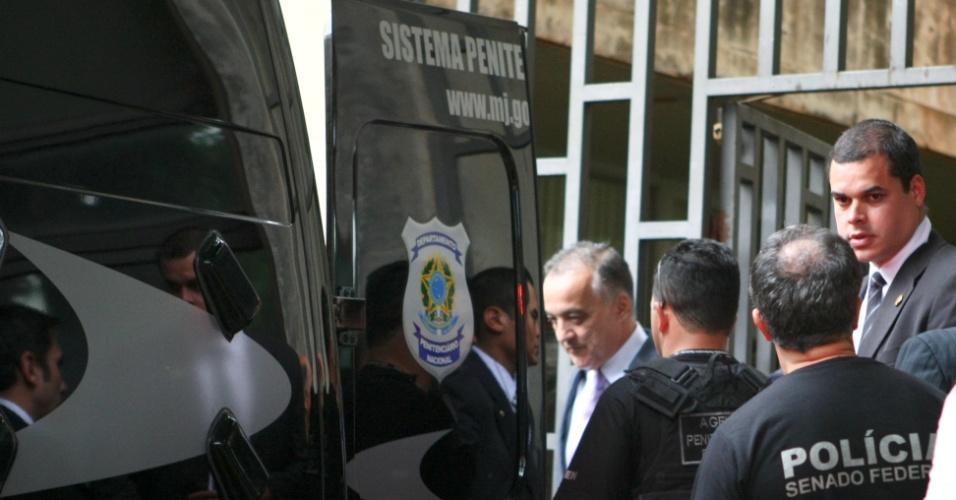 22.mai.2012 - O bicheiro Carlinhos Cachoeira é escoltado por policiais depois de comparecer a depoimento na CPI