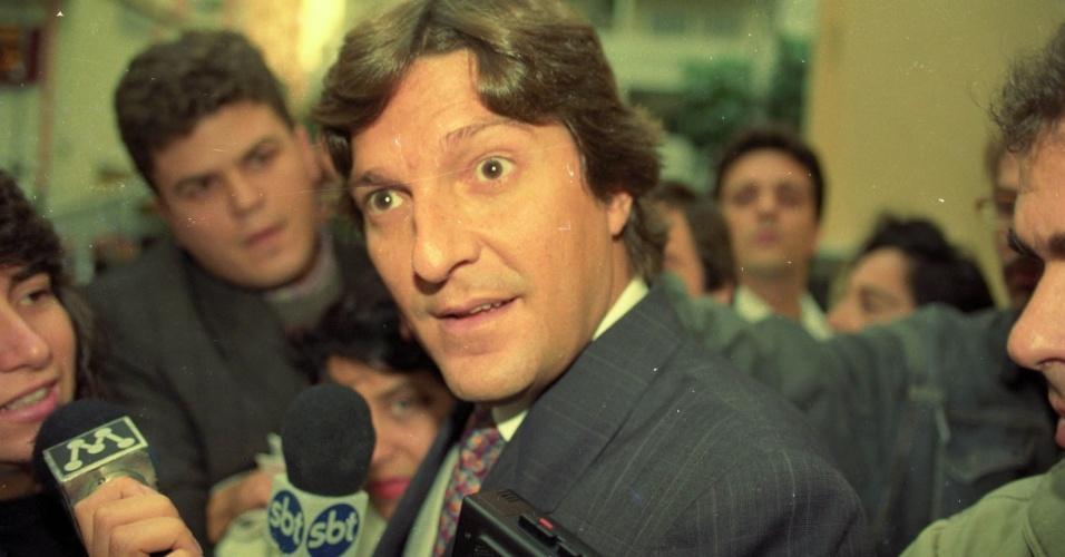 22.mai.2012 - O empresário Pedro Collor de Mello, irmão do presidente Fernando Collor de Mello, é cercado por jornalistas em São Paulo, em maio de 1992
