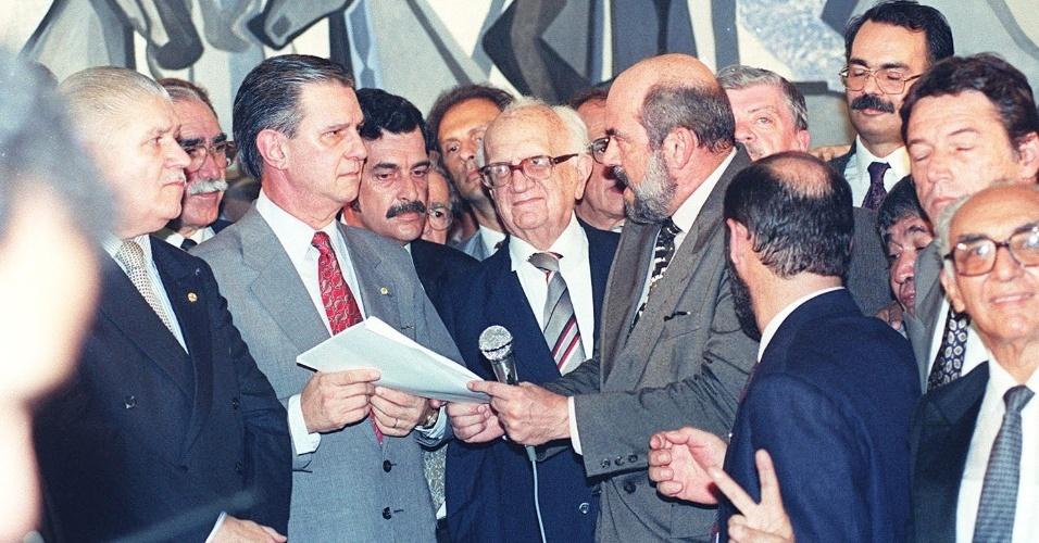 22.mai.2012 - O jornalista Barbosa Lima Sobrinho (centro) acompanha a entrega do pedido de impeachment de Collor para Ibsen Pinheiro (à esq., do PMDB-RS), então presidente da Câmara dos Deputados, em Brasília, em setembro de 1992