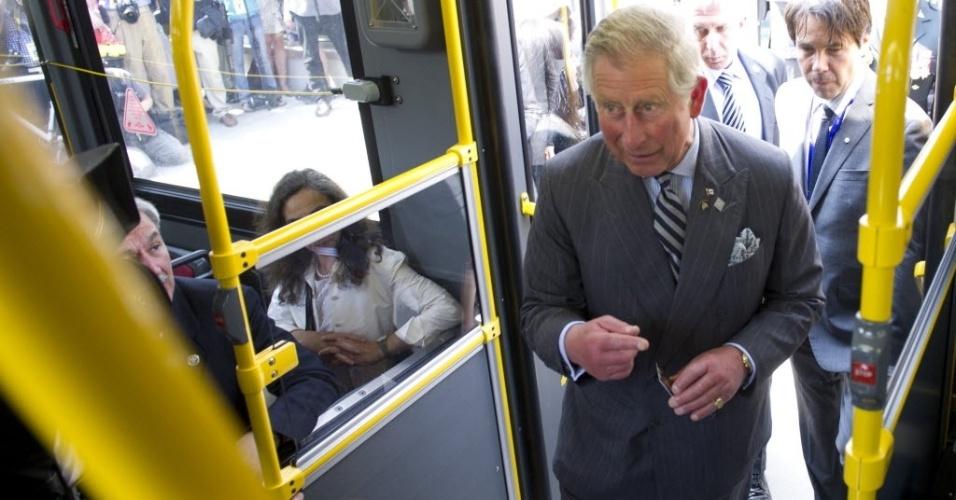 22.mai.2012 - Príncipe Charles anda de ônibus em Toronto, durante visita real de três dias ao Canadá. A viagem faz parte dos eventos do Jubileu de Diamante da Rainha