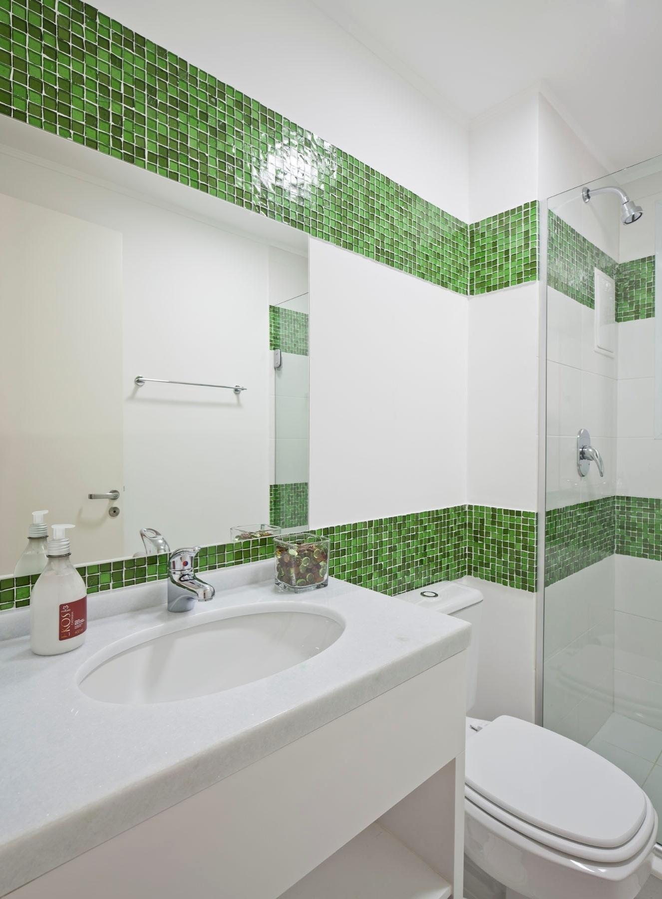 Banheiros pequenos dicas de decoração para quem tem pouco espaço  BOL Fotos -> Bancada De Banheiro Com Pastilha De Vidro