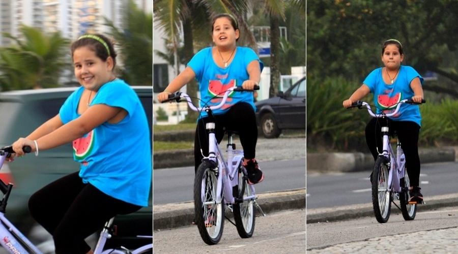 Anna Karolina Lannes pedala pela orla da praia da Barra da Tijuca, zona oeste do Rio (22/5/12)