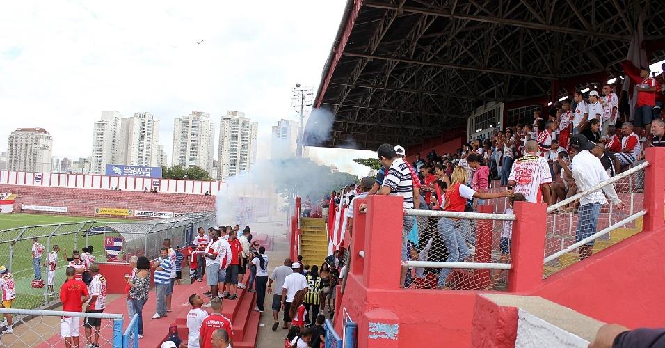 Área da torcida do Tiradentes, com bandeiras e fogos de artifício