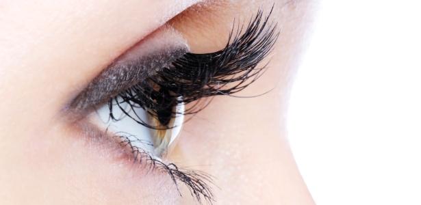 Maquiadores dão dicas para dar volume e alongar os cílios com curvex e máscara - Thinkstock