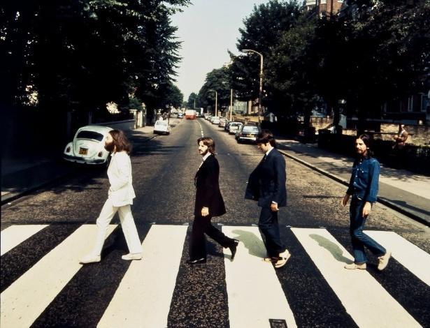 Foto da banda britânica Beatles cruzando a rua Abbey Road no sentido contrário da foto original, capa do álbum homônimo de 1969 -  EFE/SOLO USO EDITORIAL