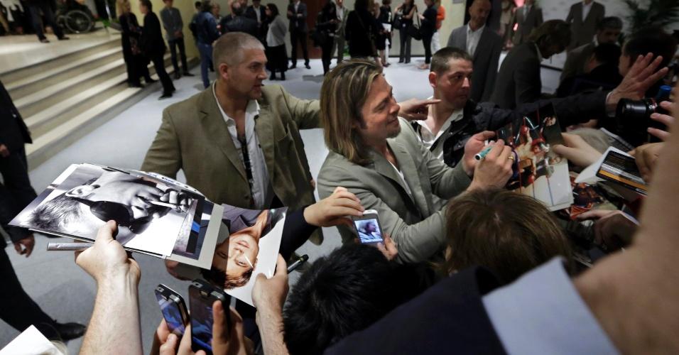 O ator Brad Pitt dá autógrafos depois conferência sobre o filme