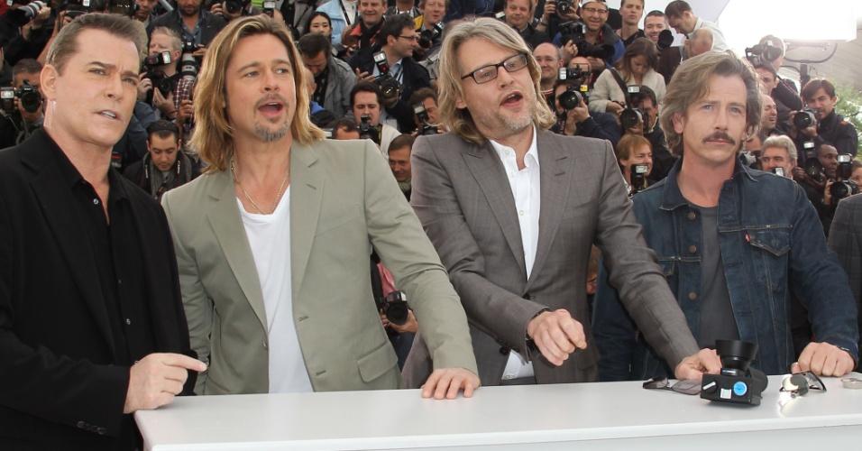Os atores Ray Liotta e Brad Pitt, o diretor Andrew Dominik e o ator Ben Mendelsoh posam durante apresentação do filme