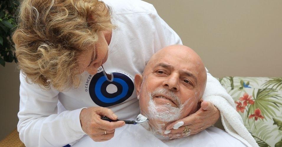 16.nov.2011 - A mulher do ex-presidente Luiz Inácio Lula da Silva, Marisa Letícia, faz a barba do ex-presidente Luiz Inácio Lula da Silva, que foi diagnosticado com câncer de laringe. O ex-presidente preferiu se antecipar aos efeitos da quimioterapia e tirou a barba e o cabelo