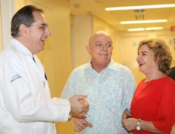 17.fev.2012 - Lula recebe alta após última sessão de radioterapia, nesta sexta-feira (17), em São Paulo