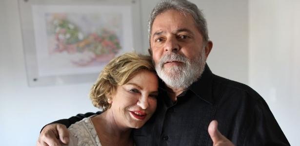 A ex-primeira dama Marisa Letícia posa para foto ao lado do ex-presidente Lula
