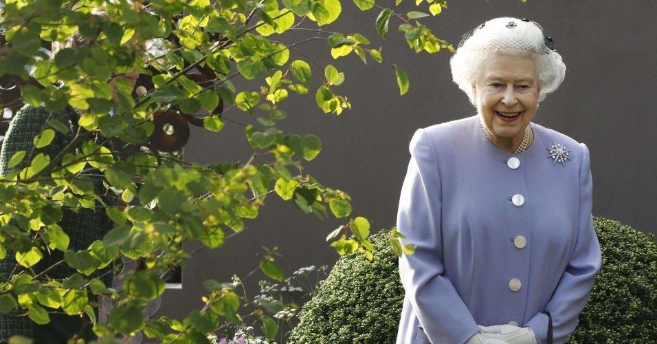 21.mai.2012 - Rainha Elizabeth 2ª sorri para imprensa durante visita ao Chelsea Flower Show, em Londres