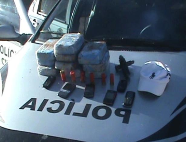 22.mai.2012 - A Policia Federal prendeu um cabo da Polícia Militar e um policial civil em flagrante, tentando negociar a venda de 10 tijolos de pasta base de cocaína na cidade de Glória D?Oeste, Mato Grosso