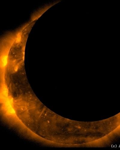 23.mai.2012 - A imagem, divulgada pela Jaxa (agência espacial japonesa), mostra o eclipse solar visto do espaço pela sonda Hinode. O eclipse foi visto no Hemisfério Norte, na Ásia e nos Estados Unidos