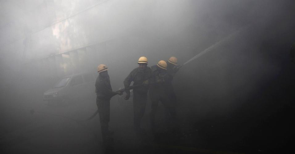 23.mai.2012 - Bombeiros tentam extinguir incêndio no edifício do Banco Nacional Punjab em Nova Déli, na Índia