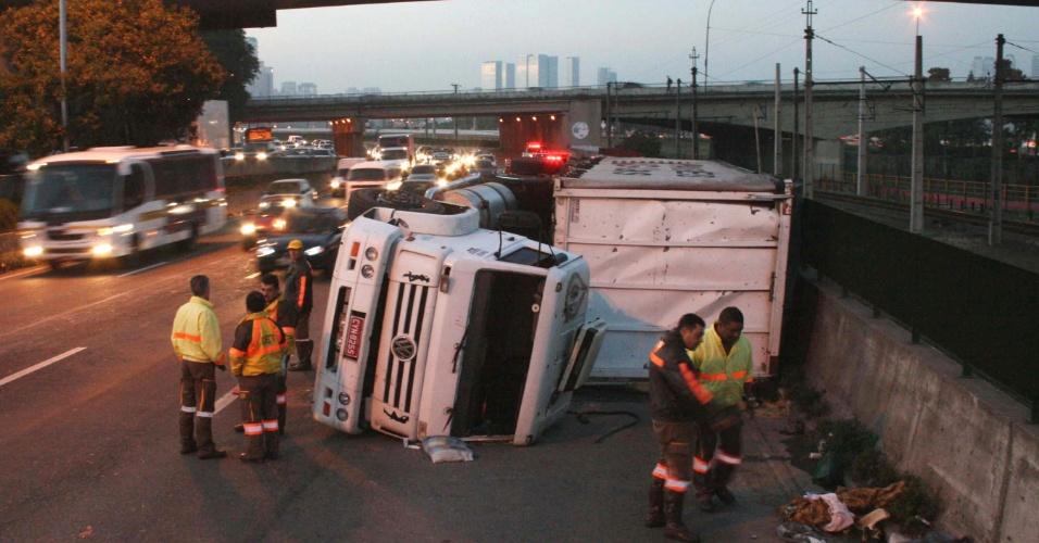 23.mai.2012 - Caminhão tomba na madrugada desta quarta (23), na marginal Pinheiros, sentido Castello Branco, em São Paulo. O motorista fugiu, mas um passageiro ficou ferido e foi socorrido