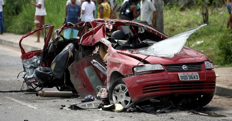 23.mai.2012 - Duas pessoas morreram nesta quarta-feira após um carro bater em um muro na avenida Afrânio Peixoto, popularmente conhecida como Suburbana, em Salvador
