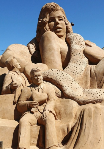 23.mai.2012 - Escultura de areia representa a atriz e cantora Marilyn Monroe (acima) e o ex-presidente norte-americano John F. Kennedy (no centro, abaixo), durante o festival de figuras de areia no vilarejo de Armação de Pêra, em Portugal