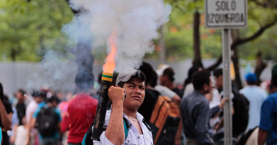 23.mai.2012 - Estudante acende morteiro durante protesto em Managua, capital da Nicaragua