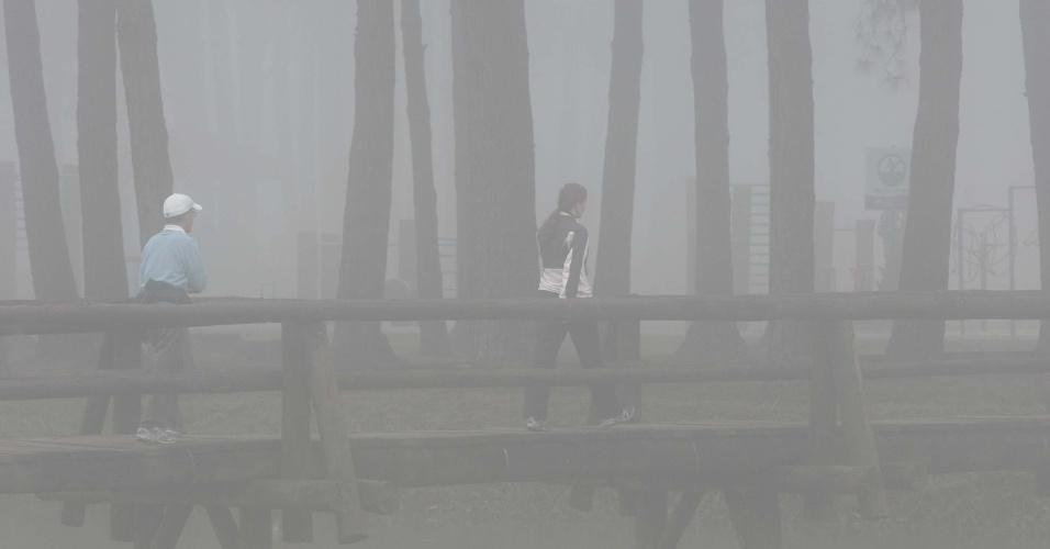 23.mai.2012 - Forte neblina cobre a cidade de Curitiba