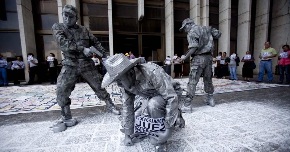 23.mai.2012 - Grupo de artistas se apresenta em frente à sede do Supremo Tribunal de Justiça, na Cidade da Guatemala, para exigir solução de casos de genocídio no país