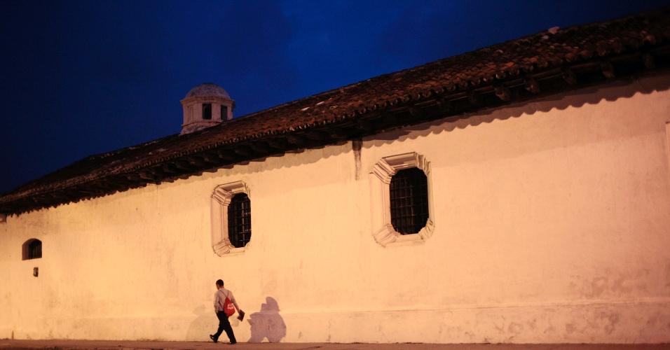 23.mai.2012 - Homem caminha no centro da Cidade da Guatemala