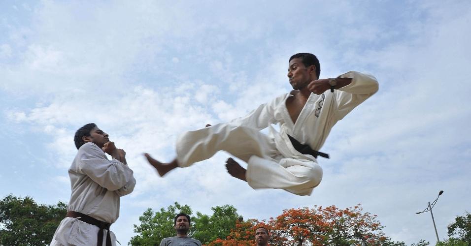 23.mai.2012 - Jovens praticam movimentos do karate durante acampamento de treinamento em Hyderabad, na Índia