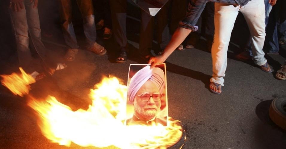 23.mai.2012 - Manifestante queima retrato do primeiro-ministro da Índia, Manmohan Singh, durante um protesto contra o aumento proposto dos preços da gasolina no estado indiano oriental de Orissa
