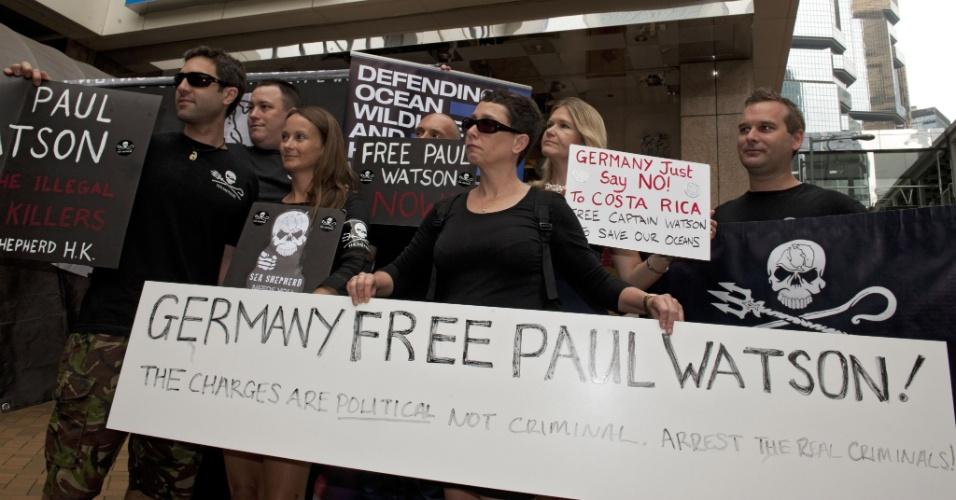23.mai.2012 - Manifestantes da organização Sea Shepherd seguram cartazes em frente ao consulado da Alemanha em Hong Kong, na China, pedindo que o governo alemão liberte o  líder do grupo de defesa do meio ambiente, Paul Watson