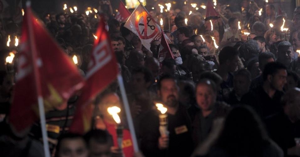 23.mai.2012 - Membros de sindicatos do comércio participam de protesto contra a reforma trabalhista do governo  espanhol, em Barcelona, na Espanha