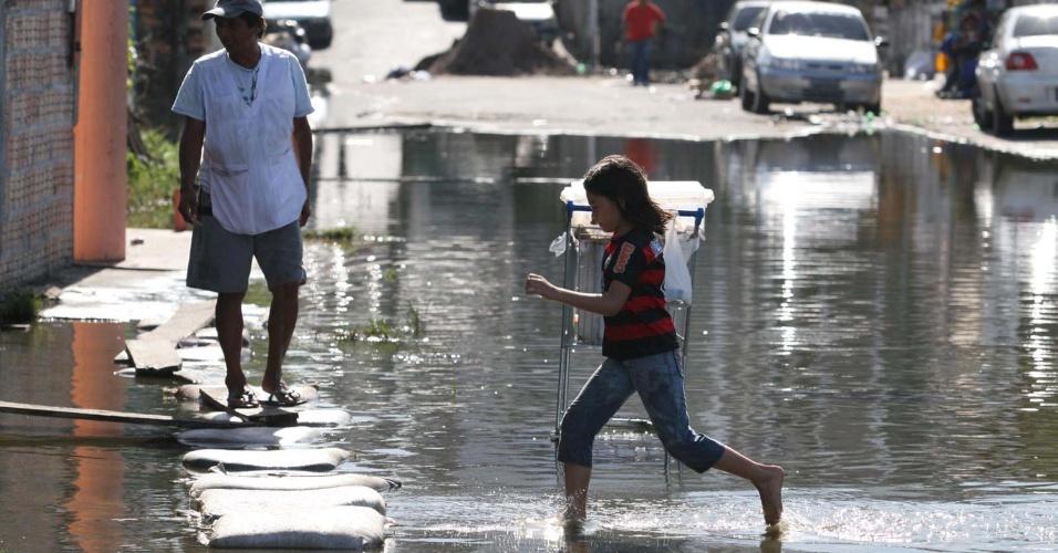 23.mai.2012 - Partes de Manaus amanheceram alagadas nesta quarta-feira devido à cheia do rio Negro