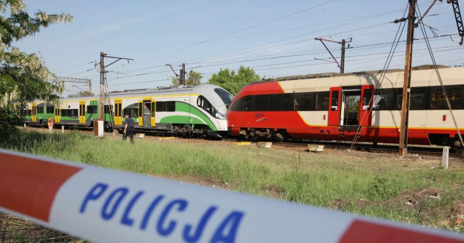23.mai.2012 - Polícia isola área de batida frontal de trens em Warsaw, na Polônia